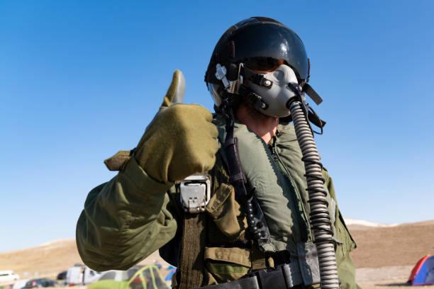 piloto con traje y aire militar. retrato de piloto de caza posando - accesorio de cabeza fotografías e imágenes de stock