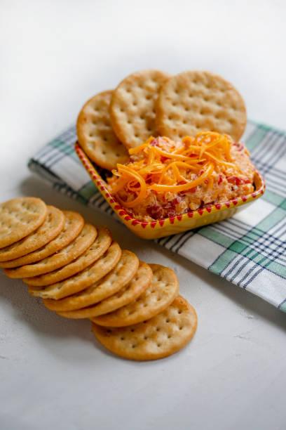piment-käse und cracker - pimento käse dips stock-fotos und bilder