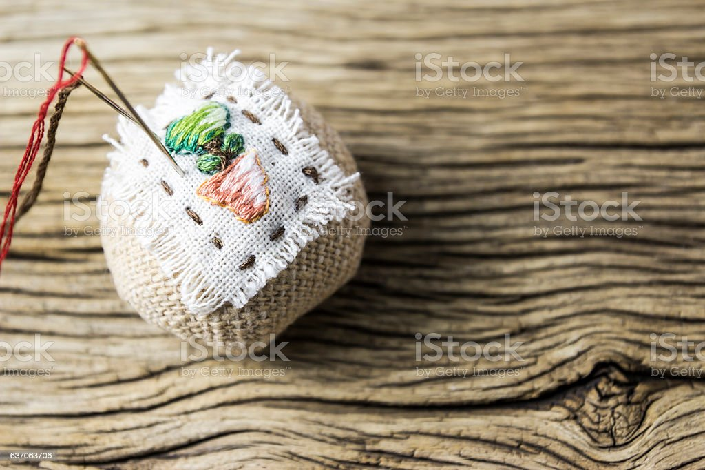 Pin cushion on old wood table - foto de acervo