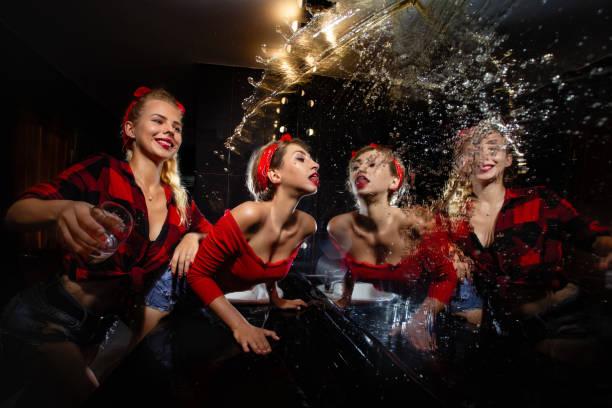 Pin up chicas divertirse en discoteca - foto de stock