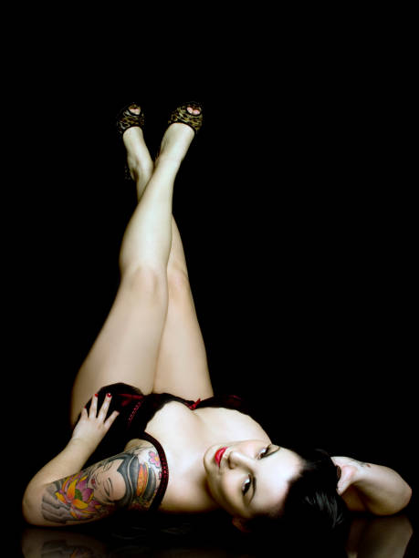 pin-up-modell - high heel tattoos stock-fotos und bilder