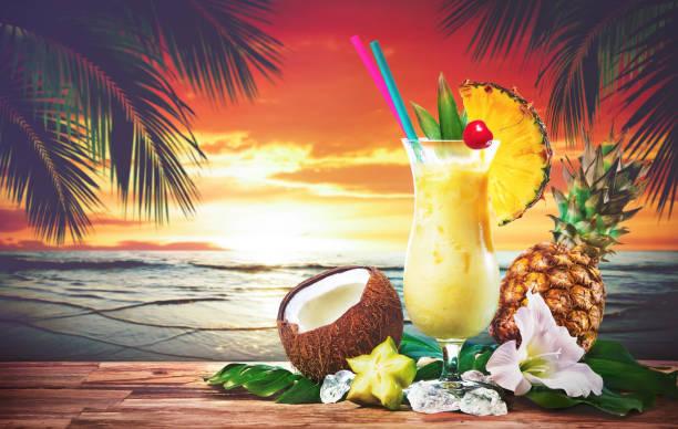 Pina Colada frischen cocktail Drink serviert am Strand bei Sonnenuntergang – Foto