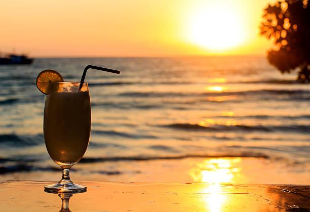 Piña Colade dal tramonto sulla spiaggia - foto stock