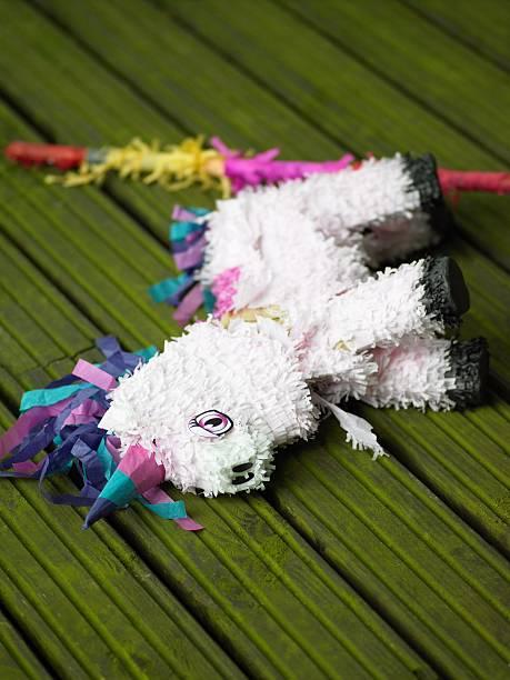piñata liegen auf bodenbelag - geburtstag vergessen stock-fotos und bilder