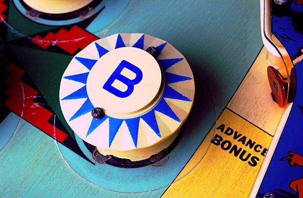 """pinball machine """"b"""" bumper - pinball spielen stock-fotos und bilder"""