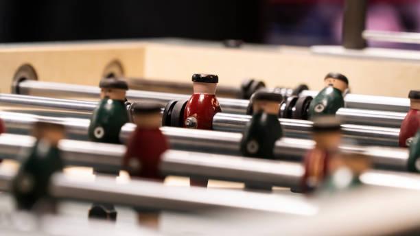 flipper-tisch - pinball spielen stock-fotos und bilder