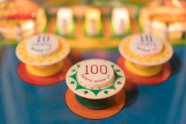 pinball ziele - pinball spielen stock-fotos und bilder