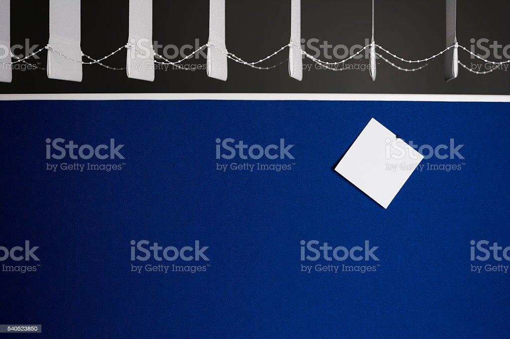 Pinnwand im Büro mit einer leeren notiz stock photo