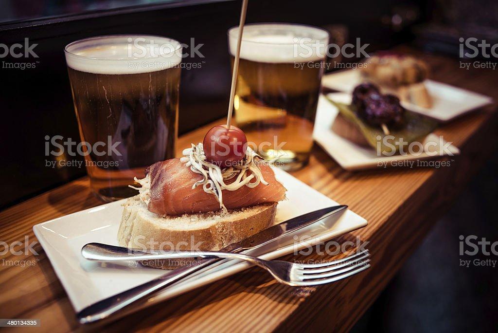 Pinchos do País Basco, servidos com cerveja - foto de acervo