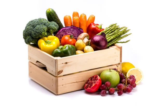 caja pino de coloridas verduras frescas y frutas sobre un fondo blanco - fruta fotografías e imágenes de stock
