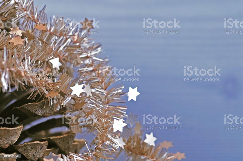 Tannenzapfen mit Weihnachtsgirlande – Foto