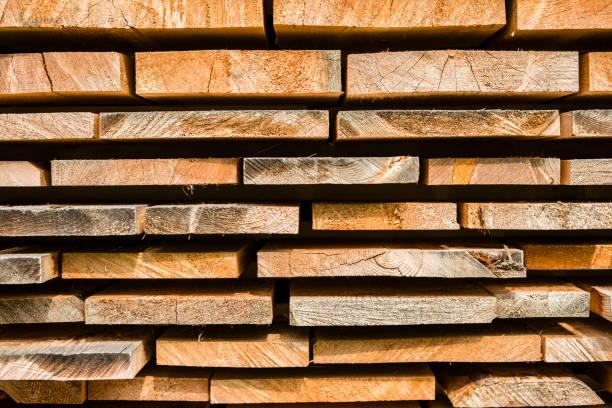 tablones de madera de pino para construcción de viviendas - foto de stock