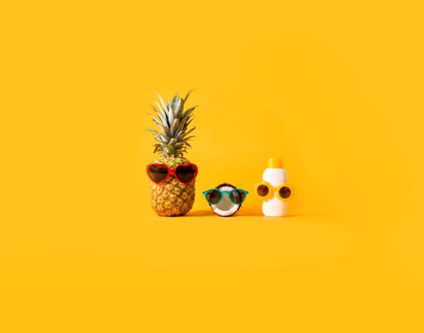 Ananas und Kokosnuss tragen Sonnenbrille mit Sonnenschutz – Foto