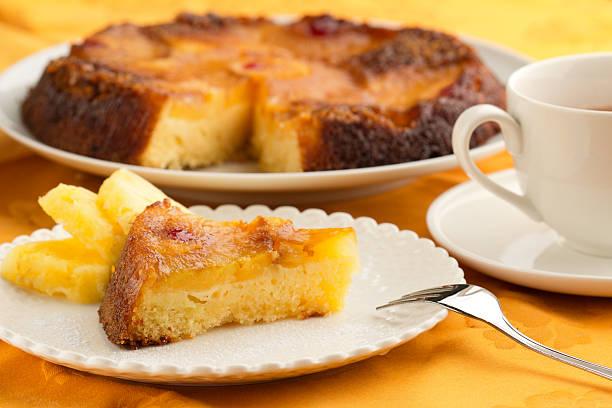 ananas-torte und eine tasse tee - ananaskuchen stock-fotos und bilder