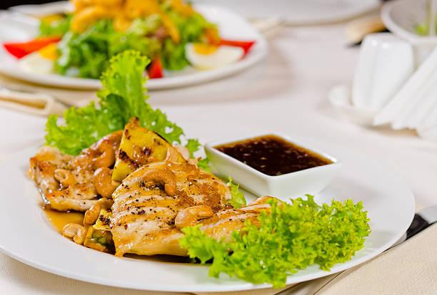 ananas-cashew hühnchen-gericht wird im restaurant serviert - ananas huhn salate stock-fotos und bilder
