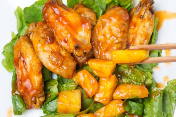 ananas-hähnchenflügel mit barbecue und chili-sauce - ananas huhn salate stock-fotos und bilder