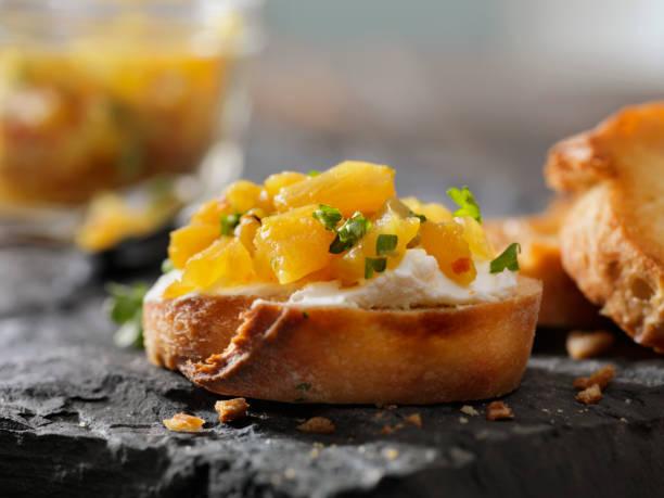 ananas-chutney-crostini mit frischkäse - ingwermarmelade stock-fotos und bilder
