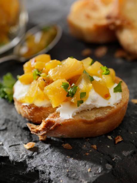 ananas-chutney-crostini mit frischkäse - ananas marmelade stock-fotos und bilder