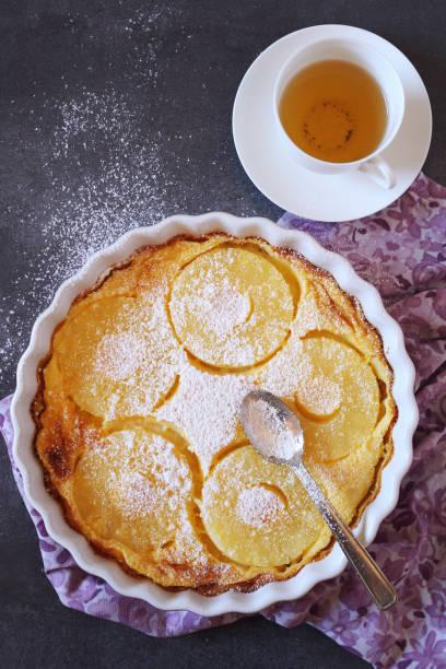 ananas clafoutis und tasse grüner tee - ananaskuchen stock-fotos und bilder