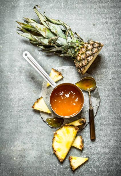 ananas marmelade in einem kleinen topf. - ananas marmelade stock-fotos und bilder