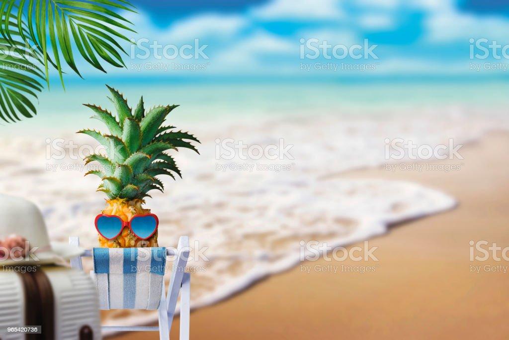 Ananas sur chaise à la plage avec le concept d'été espace copie - Photo de Aliment libre de droits