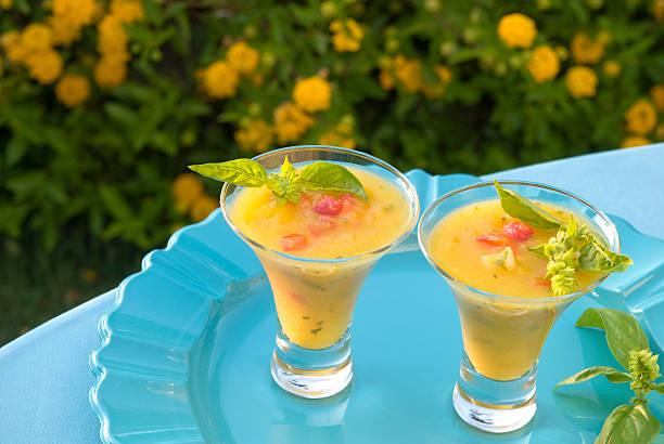 ananas & paprika-gazpacho sommer obst-suppe, tropischen frühlingspicknick speisen - picknick tisch kühler stock-fotos und bilder