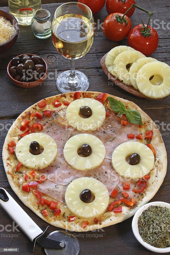 Ananas pizza con olive e ingredienti foto stock royalty-free