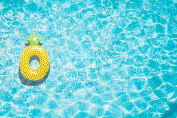 ananas pool float, ring flytande i en uppfriskande blå pool - inflatable ring bildbanksfoton och bilder