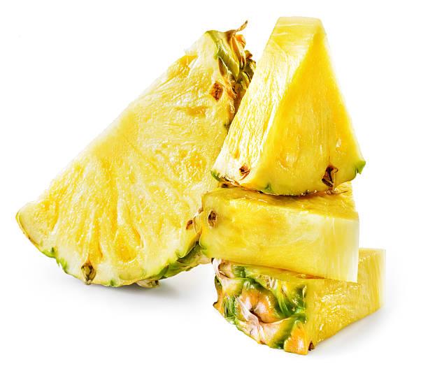 Rondelles d'ananas isolé sur fond blanc. - Photo