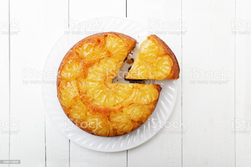 Pineapple Upside Down Cake on white wooden table – Foto