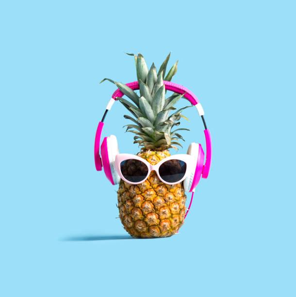 Ananas trägt Kopfhörer – Foto
