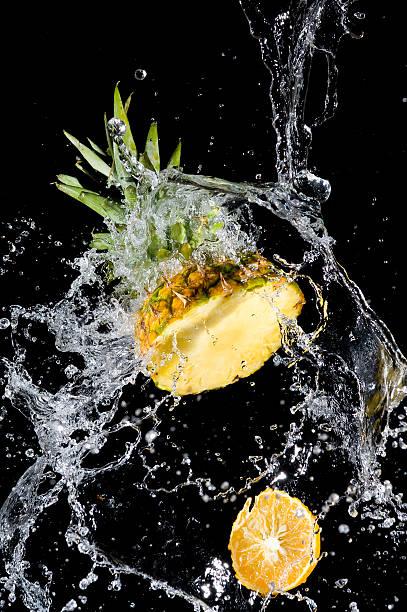 Ananas mit Wasser planschen – Foto
