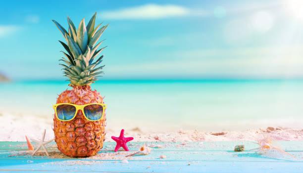 Ananas mit Sonnenbrille In The Beach – Foto