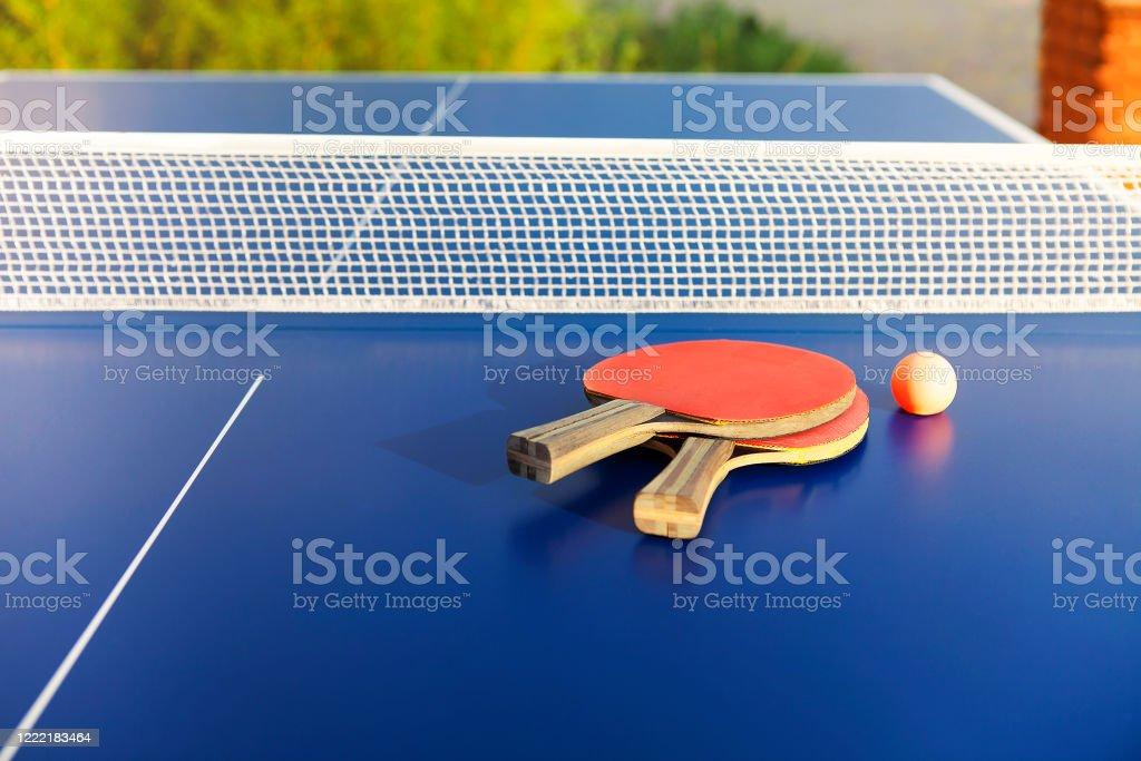 Equipo de ping pong en mesa azul - Foto de stock de Actividad libre de derechos