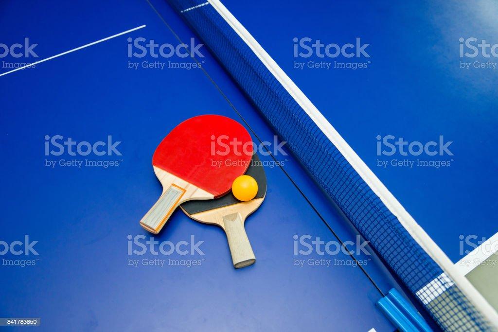 Tischtennis Paddel mit ball auf Tisch – Foto