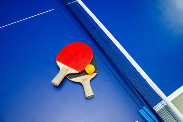 ping-pong paddles with ball on table - rakietka do tenisa stołowego zdjęcia i obrazy z banku zdjęć