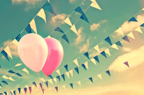 Rosa Luftballons am Himmelshintergrund mit blau-weißen Girlanden, Vintage Sommer-Party-Konzept – Foto