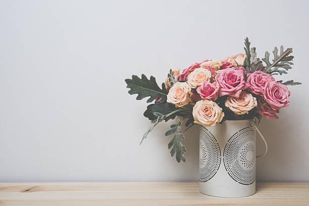 mawar merah muda dan krem - vas bunga potret stok, foto, & gambar bebas royalti