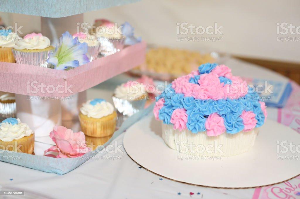 Bolo-de-rosa e azul na tabela - foto de acervo