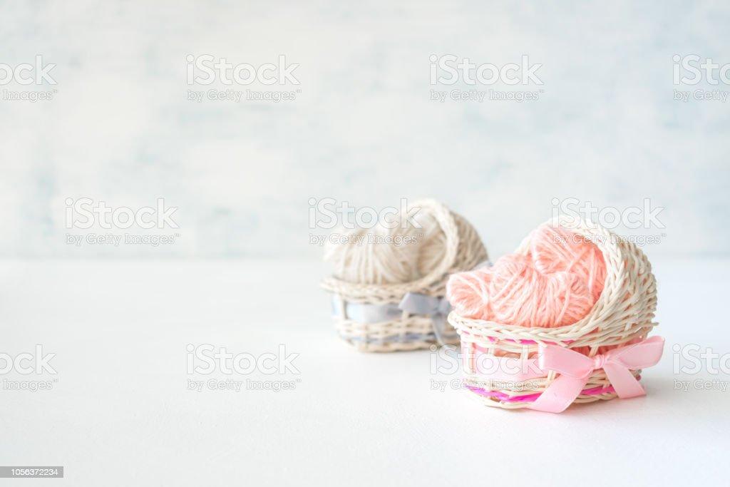 Roses et bleues décoratives paille berceaux avec des cœurs de thread. Idées de douche de bébé, anniversaire, fille et garçon, fête, nouveau-né - Photo
