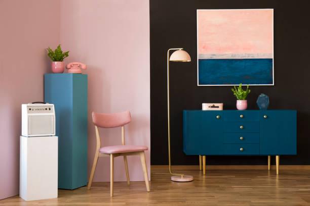 rosa und blaue wohnzimmer - telefonschrank stock-fotos und bilder