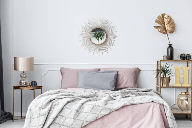 rosa und gold schlafzimmer - uhrenhalter stock-fotos und bilder