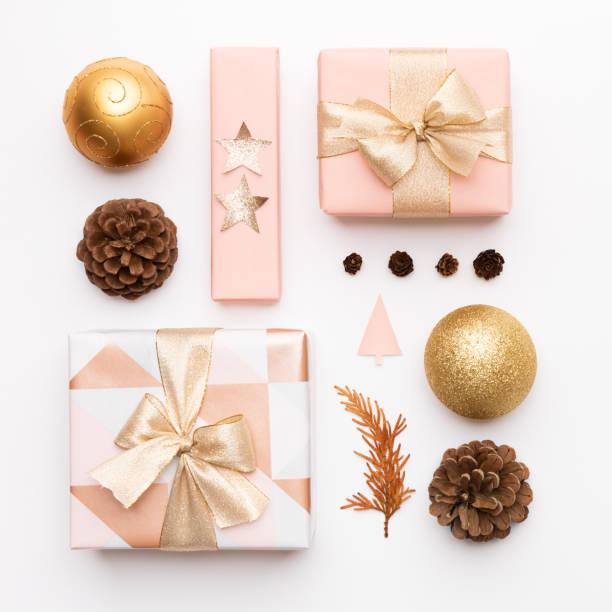 Rosa und Gold Weihnachtsgeschenke isoliert auf weißem Hintergrund. Verpackte Weihnachtskisten, Weihnachtsschmuck, Kugeln und Tannenzapfen. Weihnachtskomposition. – Foto