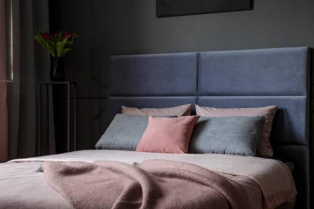 rosa und grauen schlafzimmer innenraum - pflaumen wände stock-fotos und bilder