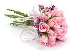 ピンクとモーブのバラの花束、影を白で分離