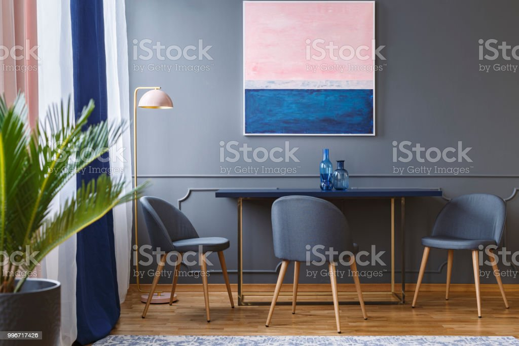 Rosa Y Azul Marino Pintura Sobre Tabla Y Gris La Silla En El Comedor ...