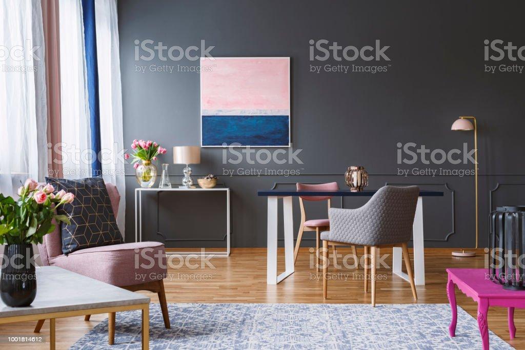 Rosa Und Dunkelblau Bemalung In Grau Wohnzimmer Interieur Mit Blumen