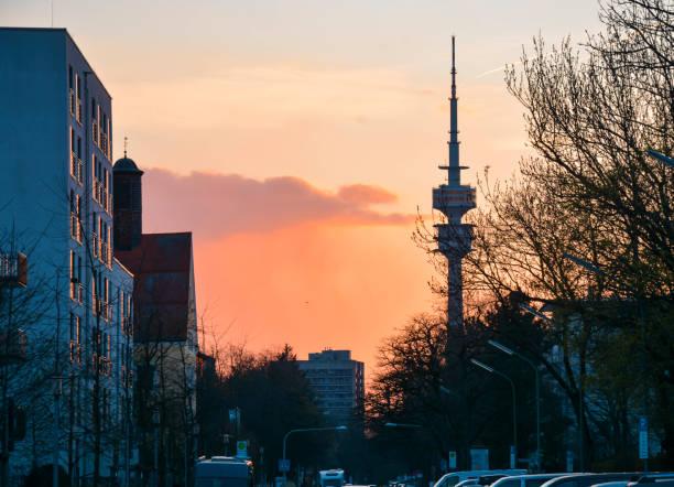 rosa und orange Sonnenuntergang in der Stadt – Foto
