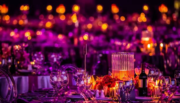 rosa e roxo da decoração de natal com velas e lâmpadas para uma grande festa ou jantar de gala - eventos de gala - fotografias e filmes do acervo