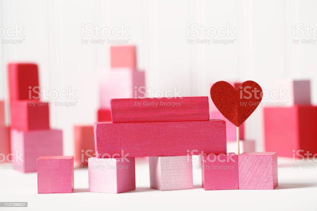 Blocos-de-rosa e vermelhos com corações - foto de acervo